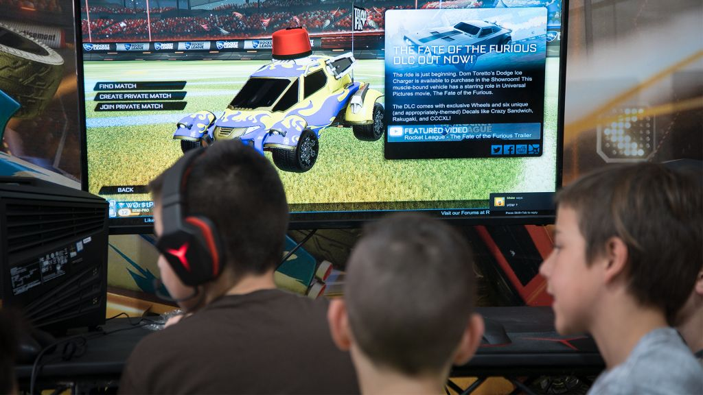 De jeunes joueurs réunis lors des championnats de jeux vidéos GameIn Pro de Tel Aviv, le 5 avril 2017 (Crédit : Luke Tress/Times of Israel)