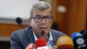 Issa Qaraqe, ministre de l'Autorité palestinienne, pendant une conférence de presse sur la grève de la faim des prisonniers palestiniens à Ramallah, en Cisjordanie, le 19 avril 2017. (Crédit : Abbas Momani/AFP)