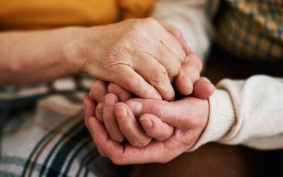 Le projet a permis a des jeunes étudiants de devenir les passeurs de la mémoire de personnes âgées isolées (Crédit : iStock via JTA)