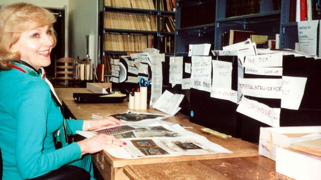Une photo d'archives de Lillian Michelson dans sa bibliothèque de recherche pour les films (Crédit : Zeitgeist Films)