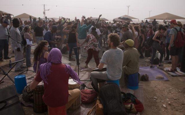 Des Israéliens et des demandeurs d'asile africains lors d'une fête de Pessah aux abord du centre de détention de Holot dans le sud d'Israël, le 6 avril 2017 (Crédit : Luke Tress/Times of Israel)