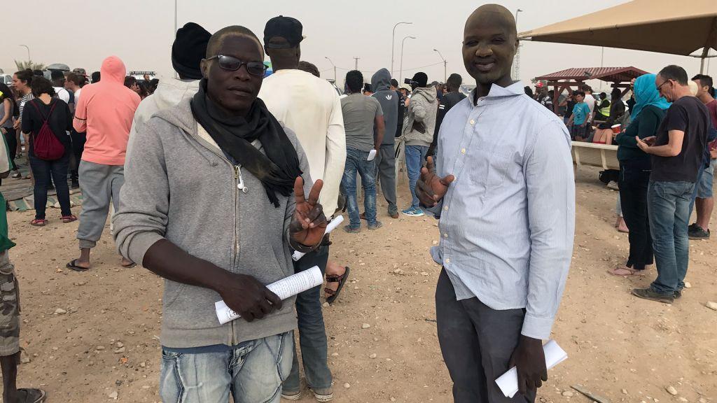Mohamed Yagoub et Ali Hassan Salih, des demandeurs d'asile venus du Darfour et du Soudan, aux abords du centre de détention de Holot le 6 avril 2017 (Crédit : Luke Tress/Times of Israel)