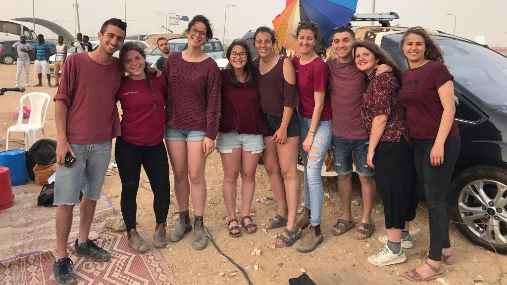 Les membres du programme de préparation prémilitaire Telem de Jaffa qui ont aidé à organiser une fête de Pessah aux abords du centre de détention de Holot dans le sud d'Israël, le 6 avril 2017 (Crédit : Luke Tress/Times of Israel)