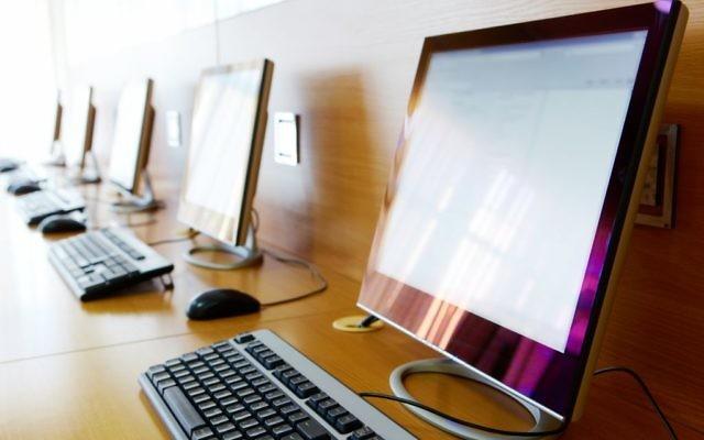 Les ordinateurs d'une école. Illustration. (Crédit : shironosov/iStock par Getty Images)