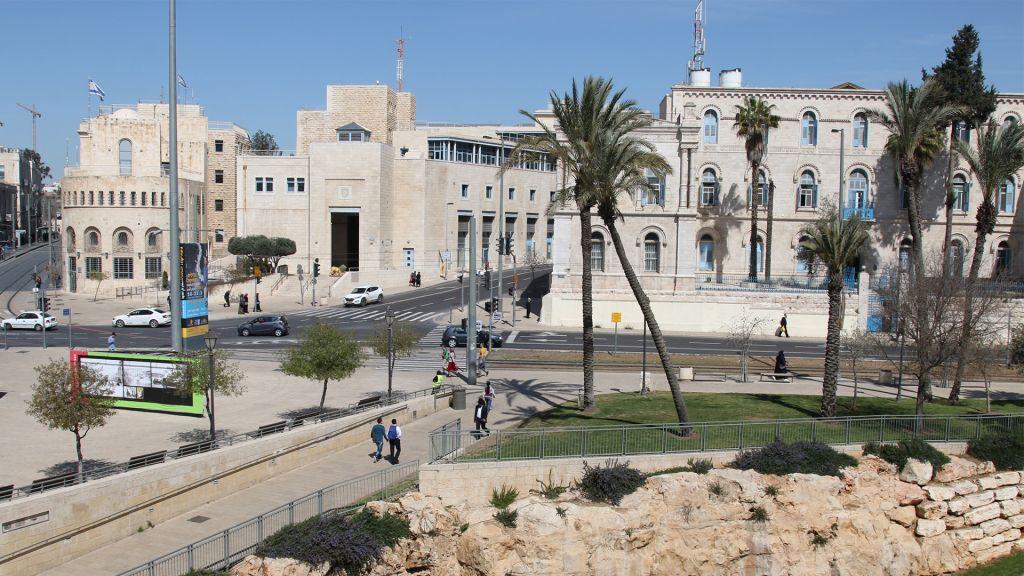 La place de Tsahal et le Jardin des Constructeurs du mur, à Jérusalem. (Crédit : Shmuel Bar-Am)