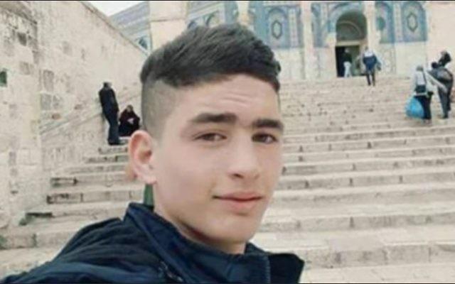 Ahmad Jazal, 17 ans, du village de Sebastia, près de Naplouse, en Cisjordanie, sur le mont du Temple, peu avant d'attaquer des Israéliens et d'être abattu dans la Vieille Ville de la capitale, le 1er avril 2017. (Crédit : via Twitter)