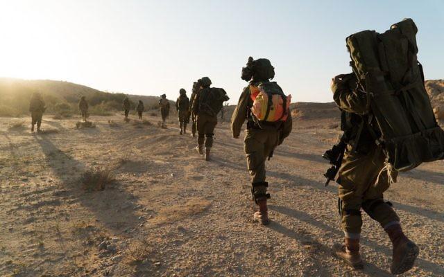 Les soldats du bataillon mixte Caracal pendant un exercice de préparation à un assaut de l'Etat islamique dans le sud d'Israël, fin mars 2017. (Crédit : unité des porte-paroles de l'armée israélienne)