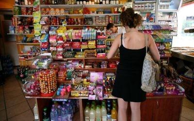 Un magasin de proximité de Tel Aviv, le 30 juillet 2008. Illustration. (Crédit : Moshe Shai/Flash90).