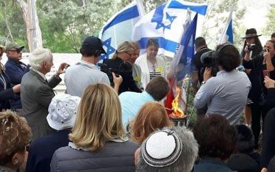 Hélène Le Gal allume la flamme du souvenir, accompagnée de Béate Klarsfeld, au mémorial de Roglit, pour Yom HaShoah, le 24 avril 2017. (Crédit: capture d'écran Twitter/@AmbFranceIsrael)