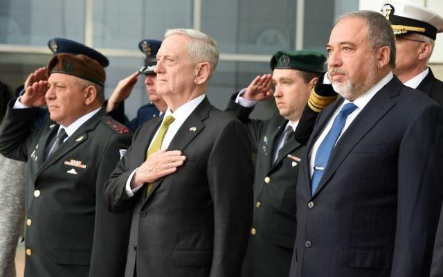 Le ministre de la Défense Avigdor Liberman rencontre le secrétaire à la Défense américain James Mattis à Tel Aviv le 21 avril 2017 (Crédit : Ariel Hermoni/Ministère de la Défense)
