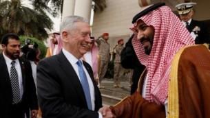 James Mattis, secrétaire américain à la Défense, avec le vice-prince héritier saoudien Mohammed ben Salmane, à Ryad, le 19 avril 2017. (Crédit : Jonathan Ernst/Pool/AFP)