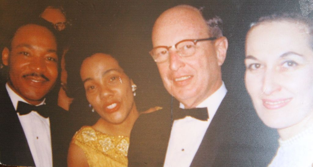 Janice Rothschild Blumberg et son premier époux, le rabbin Jacob Rothschild, avec le révérend Martin Luther King Jr. et Coretta Scott King. (Crédit : Bill Rothschild)