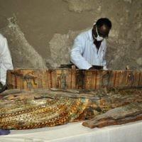 Des archéologues égyptiens travaillent sur un sarcophage en b00 ans dans la nécropole de Draa Abul Nagaa, proche de Louxor, en Egypte, le 18 avril 2017. Illustration. (Crédit : AFP/Stringer)
