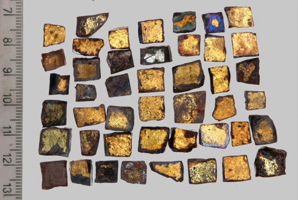 Morceaux de mosaïque qui ornaient autrefois le Dôme du Rocher sur le mont du Temple. (Crédit : Projet du mont du Temple)