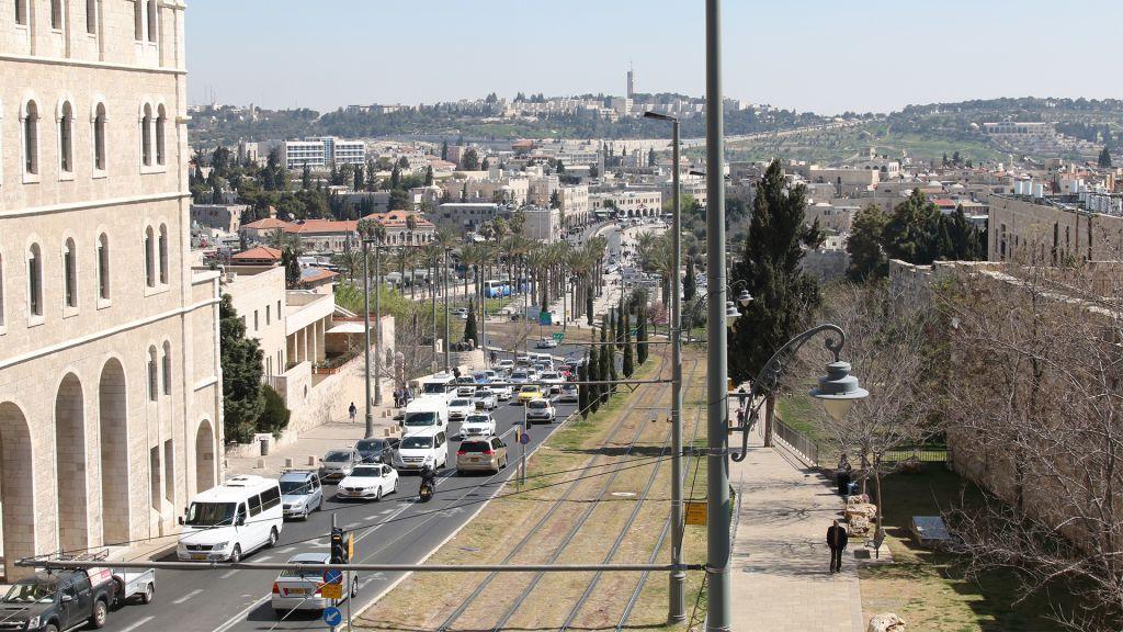 Vue sur les rails du tramway depuis les remparts de la Vieille Ville de Jérusalem. (Crédit : Shmuel Bar-Am)