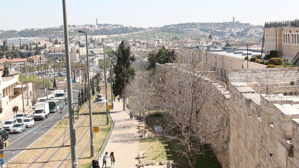 Les remparts nord de Jérusalem, avec vue sur le mont Scopus et le mont des Oliviers. (Crédit : Shmuel Bar-Am)