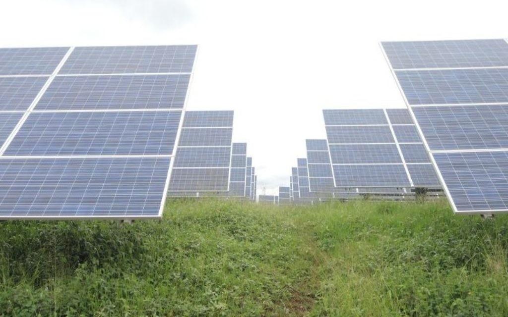 Le champ solaire du Rwanda, photographié le 17 février 2017, compte 28 360 panneaux qui produisent 7,8 mégawatts d'électricité à plein régime, soit 5 % du budget total du Rwanda en énergie. (Crédit : Melanie Lidman/Times of Israel)