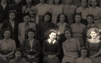 Mme Malingrey (g.) et Louise Pikovsky (d.) sur une photographie de la classe. La femme et la fille entretiendront une correspondance brusquement interrompue (Crédit: capture d'image Youtube/France 24)