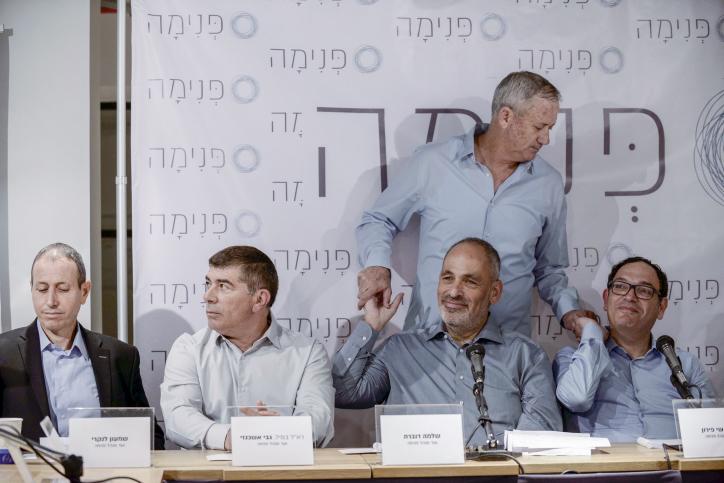 """Le maire d'Akko Shimon Lankri, l'ancien chef d'État major Gabi Ashkenazi (2ème à partir de la gauche), Shlomo Dovrat, l'ancien chef d'État major Benny Gantz et l'ancien ministre de l'Éducation Shay Piron à une conférence de presse pour le lancement de """"Pnima"""", à Lod, le 3 avril 2017. (Crédit :Tomer Neuberg/FLASH90 )"""