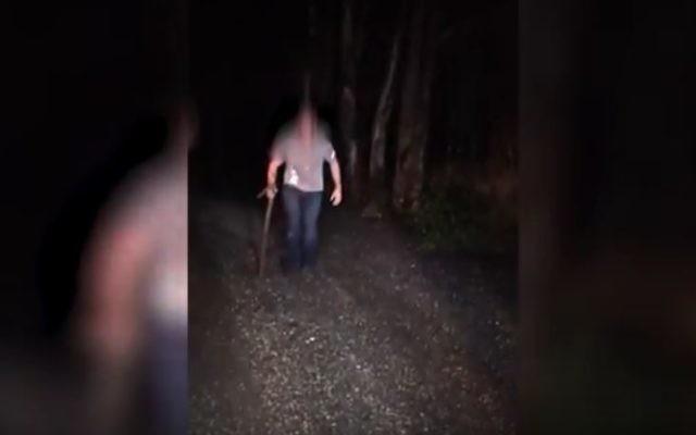 Extrait d'une vidéo publiée par la police, montrant un Américain de 31 ans délirant dans le nord d'Israël, en avril 2017. (Crédit : capture d'écran YouTube)