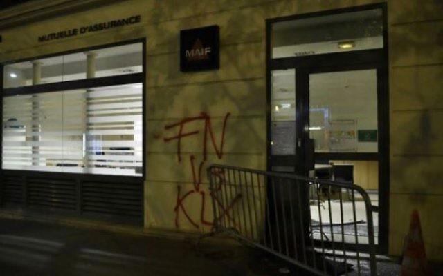 L'immeuble accueillant le QG de campagne de Marine Le Pen après une tentative d'incendie, rue du Faubourg Saint-Honoré, à Paris, le 13 avril 2017. (Crédit : capture d'écran Instagram)