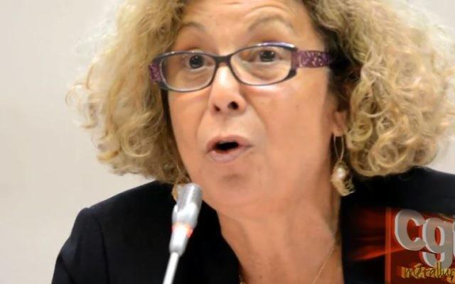 Noha Rashmawi, directrice de cabinet de  l'ambassadeur de l'Autorité palestinienne à Paris, a remis un passeport à la maire de Valenton le 1er avril 2017. (Crédit: capture d'écran Youtube/CGT)