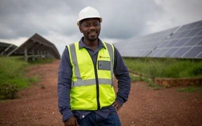 Twaha Twagirimana, le directeur du champ solaire à l'est du Rwanda, désormais géré par la société norvégienne Scatec, le 17 février 2017. (Crédit : Miriam Alster/Flash90)