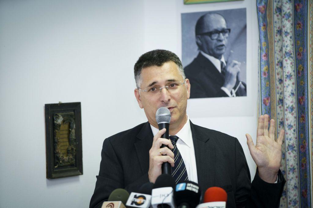 L'ancien ministre du Likud Gideon Saar durant une conférence de presse, lors due laquelle il annonce son retour en politique, à Akko, le 3 avril 2017. (Crédit : Meir Vaaknin/Flash90)