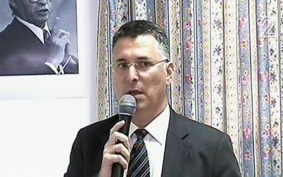 Gideon Saar annonce son retour en politique, depuis Akko, le 3 avril 2017. (Crédit : capture d'écran Deuxième chaîne)