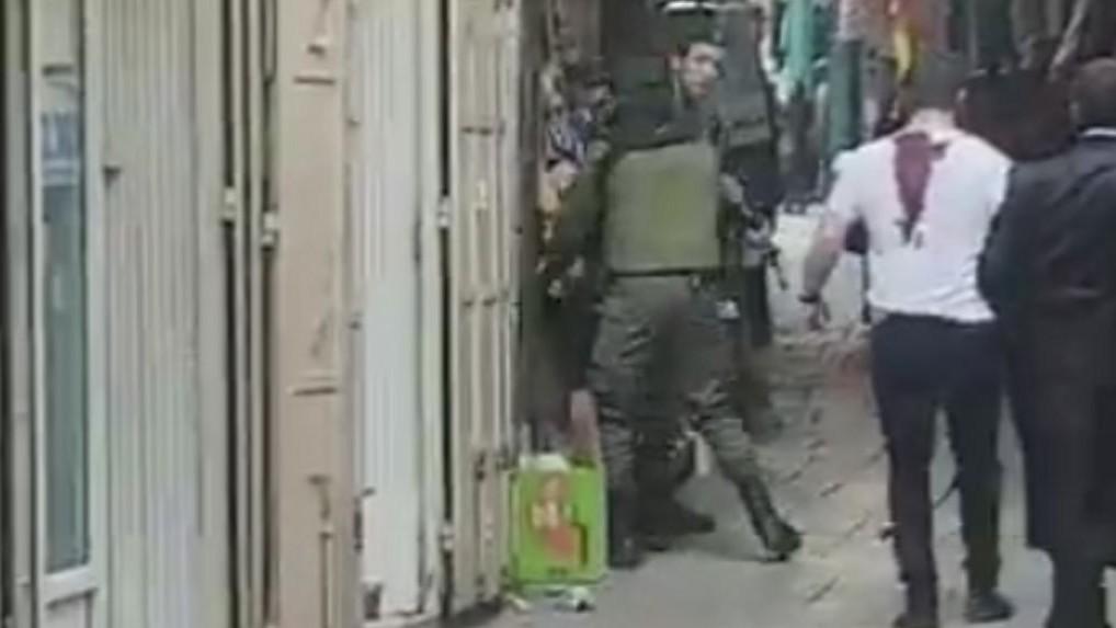 L'une des victimes de l'attaque au couteau de la Vieille Ville de Jérusalem, quelques instants après l'attaque, le 1er avril 2017. (Crédit : Twitter)