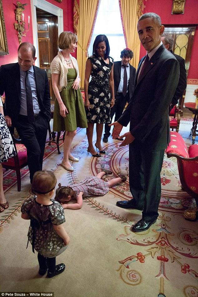 Claudia Moser s'effondre devant sa famille et le président Obama lors du Seder de la Maison Blanche en 2015 (Crédit : Pete Souza/The White House)
