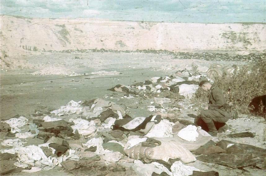 """Après le massacre de plus de 33 000 juifs en septembre 1941 à Babi Yar, près de Kiev, les assassins allemands et des Ukrainiens """"nettoient"""" le ravin et rassemblent les biens des victimes. (Crédit : domaine public)"""