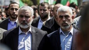Yahya Sinwar, à droite, nouveau chef du Hamas dans la bande de Gaza, et Ismail Haniyeh pendant l'enterrement de Mazhen Foqaha, dans la bande de Gaza, le 25 avril 2017. (Crédit : Mahmud Hams/AFP)