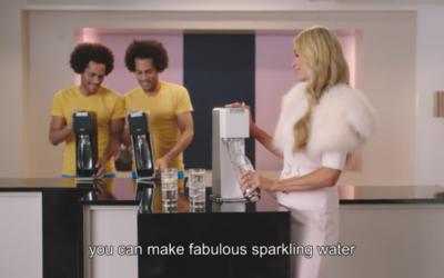 Paris Hitlon dans un spot publicitaire pour SodaStream, en avril 2017. (Crédit : capture d'écran YouTube)