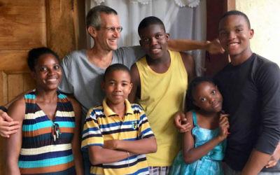 Le professeur Steven Werlin travaille avec l'association Fonkoze qui accorde des micro-prêts aux familles pauvres de Haïti. (Crédit : Fonkoze)
