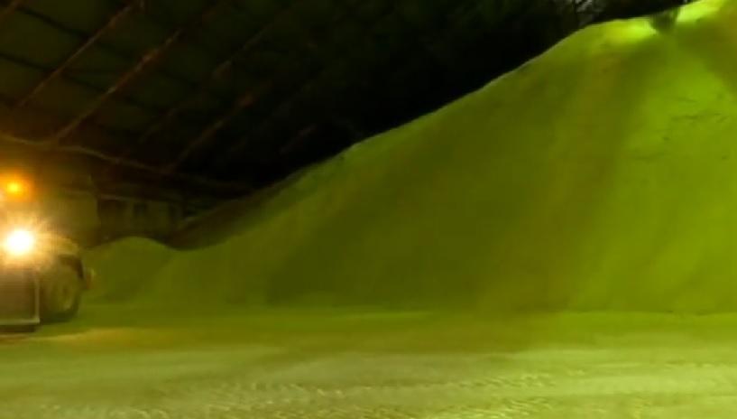 Un tas de sucre non transformé pour Sugat, montré sur la Deuxième chaîne, en avril 2017 (Crédit : Capture d'écran)