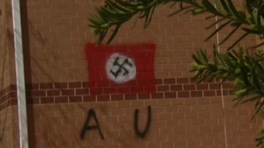La croix gammée retrouvée sur le mur du centre communautaire juif dans le nord de la Virginie le 11 avril 2017. (Crédit : capture d'écran NBC Washington, via JTA)