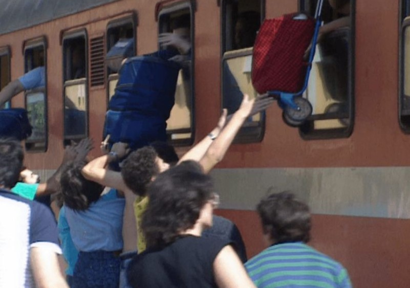 Des réfugiés à bord d'un train reliant l'Autriche à Rome, à la gare d'Orte en 1989. (Autorisation : 'Stateless')