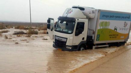 Un camion immobilisé en raison des inondations à proximité d'Eilat, le 13 avril 2017. (service de communication de la police)