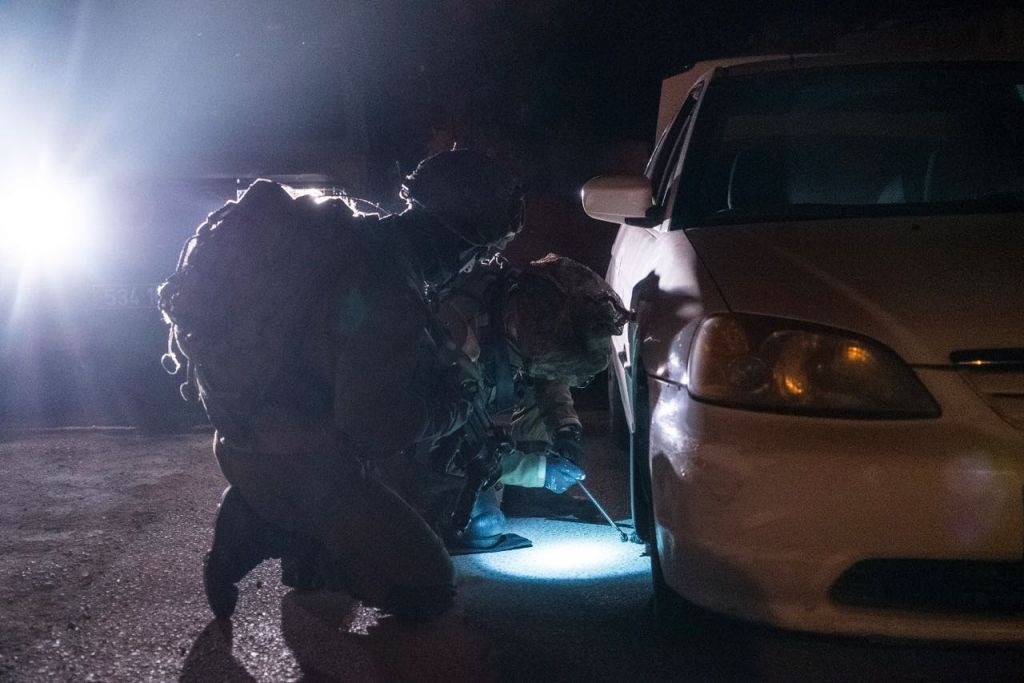 Une voiture volée saisie par l'armée dans le cadre de son opération Silwad le 7 avril 2017, qui est également le nom de la ville natale d'un Palestinien qui a percuté deux soldats, en tuant l'un d'eux, la veille (Crédit : Unité des porte-parole de l'armée israélienne)