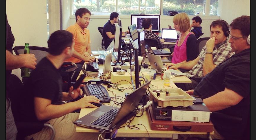 Des entrepreneurs israéliens au travail dans les locaux de la Silicon Valley de UpWest Lab. (Crédit : autorisation)