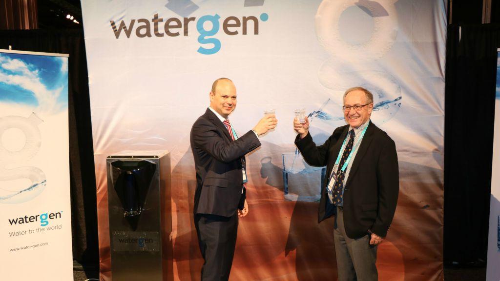 Maxim Pasik, le directeur exécutif de Water-Gen, et le professeur Alan Dershowitz à la conférence politique de l'AIPAC, à Washington, D.C., en mars 2017. (Crédit: autorisation)