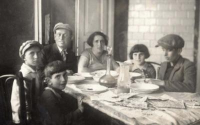 La famille de Rachel et Yitzhak Gachtmann à Pessah, à Janov, en Pologne, avant la Seconde Guerre mondiale. (Crédit : Yad Vashem Photo Archives 5573/5)