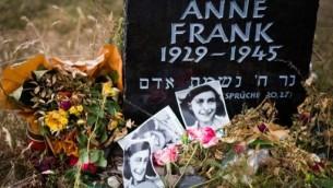 Une stèle pour Anne Frank et sa soeur Margot sur le site de l'ancien camp de prisonniers de guerre et camp de concentration de Bergen-Belsen à Bergen, au nord de Hanovre, dans le centre de l'Allemagne, le 21 juin 2015 (Crédit : AFP / NIGEL TREBLIN)