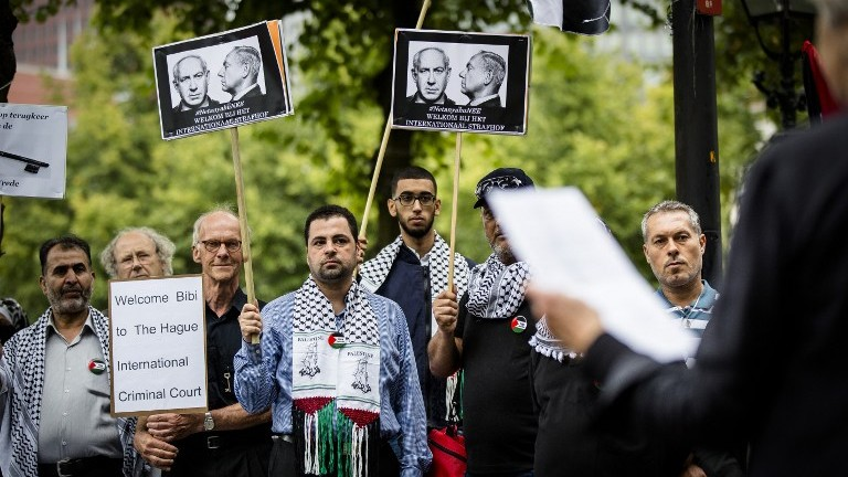 Manifestation contre la visite du Premier ministre Benjamin Netanyahu à La Haye, aux Pays-Bas, le 6 septembre 2016. (Crédit : Bart Maat/ANP/AFP)