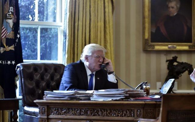 Le président américain Donald Trump au téléphone avec le président russe Vladimir Poutine depuis le Bureau ovale de la Maison Blanche à  Washington, le 28 janvier 2017. Illustration. (Crédit : Mandel Ngan/AFP)