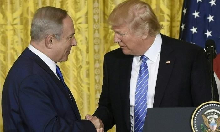 Le président américain Donald Trump et le Premier ministre Benjamin Netanyahu pendant une conférence de presse conjointe à la Maison Blanche, à Washington, le 15 février 2017. (Crédit : Saul Loeb/AFP)