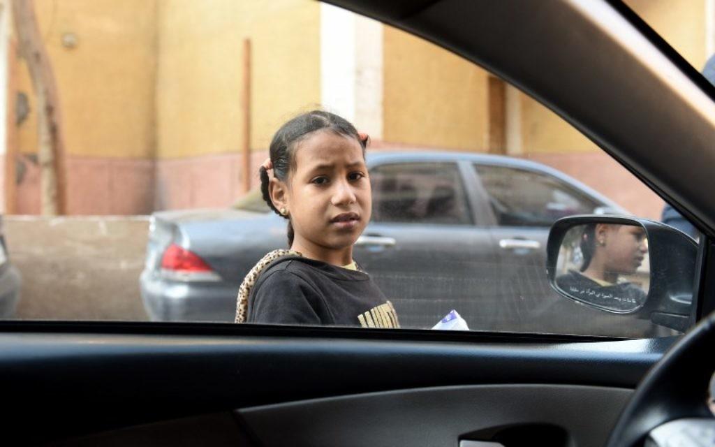Une fillette égyptienne devant la Fondation Banati, au Caire, le 16 février 2017. (Crédit : Mohamed el-Shahed/AFP)
