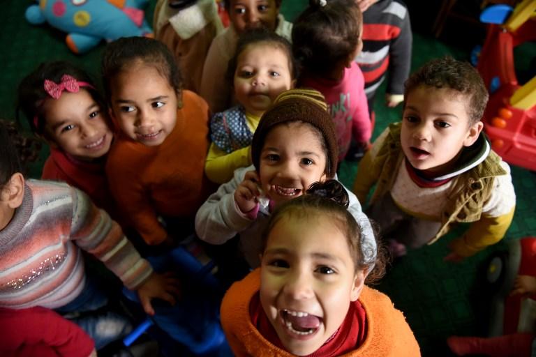Des enfants égyptiens accueillis à la Fondation Banati, au Caire, le 16 février 2017. (Crédit : Mohamed el-Shahed/AFP)