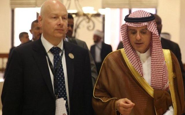 Le ministre saoudien des Affaires étrangères, Adel al-Jubeir, à droite, avec le représentant spécial du président américain Jason Greenblatt, pendant le sommet de la Ligue arabe, en Jordanie, le 29 mars 2017. (Crédit : Khalil Mazraawi/AFP)
